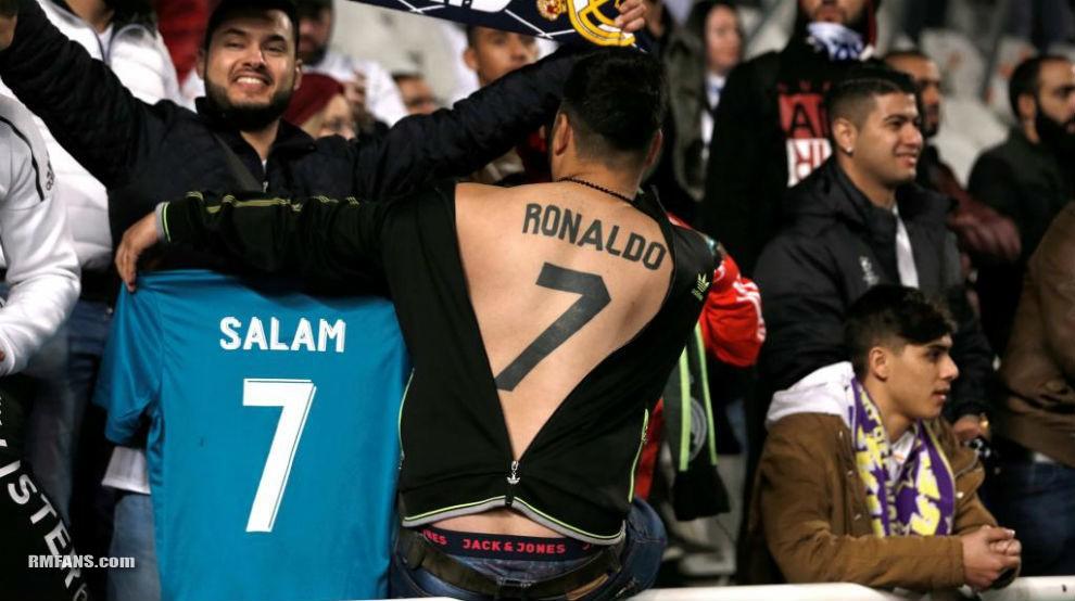 """真爱!一名球迷将C罗的球衣号码纹在后背"""""""